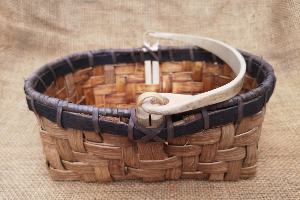 Berry basket in dyed and natural chestnut bark with ash handle