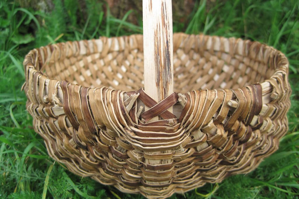 Round frame basket in sweet chestnut bark with ash ribs and handles