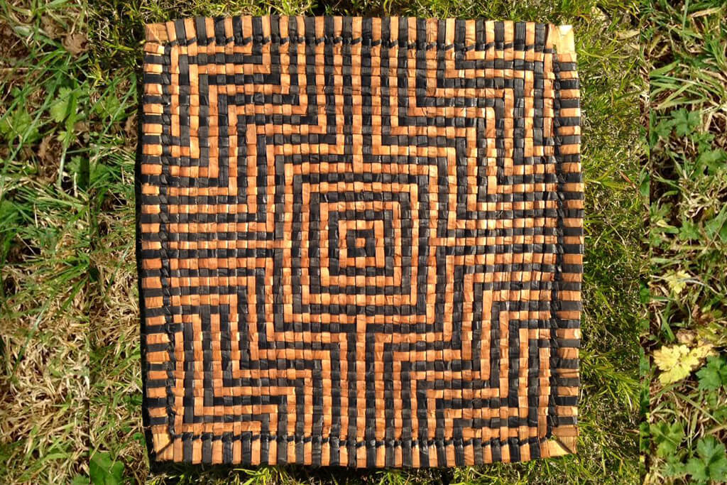 Square mat in natural and dyed cedar bark - centred pattern